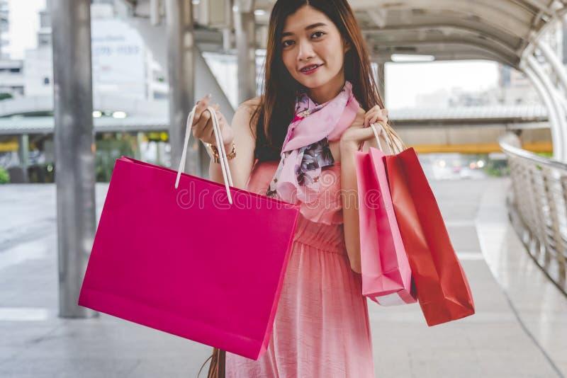 Shopaholic Women holding shopping bags, money, credit card person in winkelcentra Fashionable Woman houdt van online website met stock foto