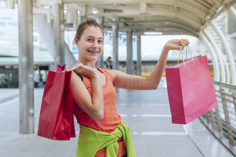 Shopaholic Women holding shopping bags, money, credit card person in winkelcentra Fashionable Woman houdt van online website met stock afbeelding