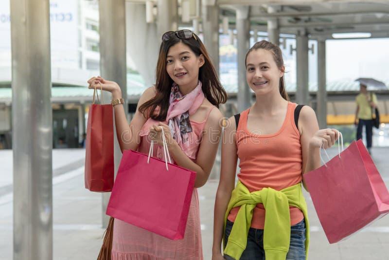 Shopaholic Women holding shopping bags, money, credit card person in winkelcentra Fashionable Woman houdt van online website met royalty-vrije stock afbeeldingen