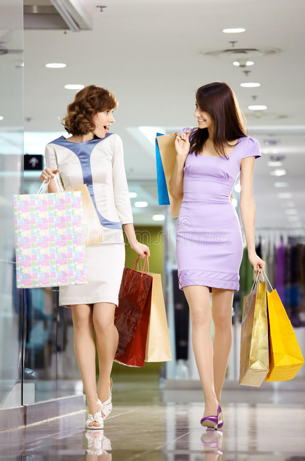 Shopaholics deux heureux photographie stock