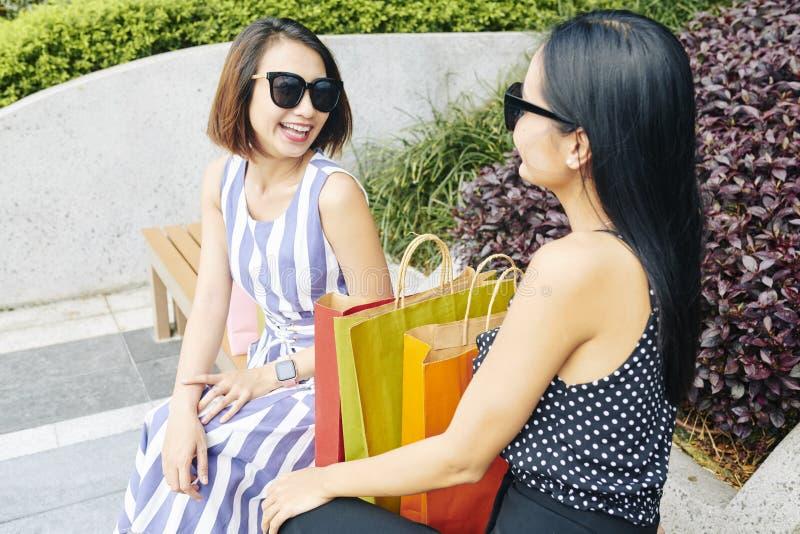 Shopaholics dois com sacos de compras fotografia de stock royalty free