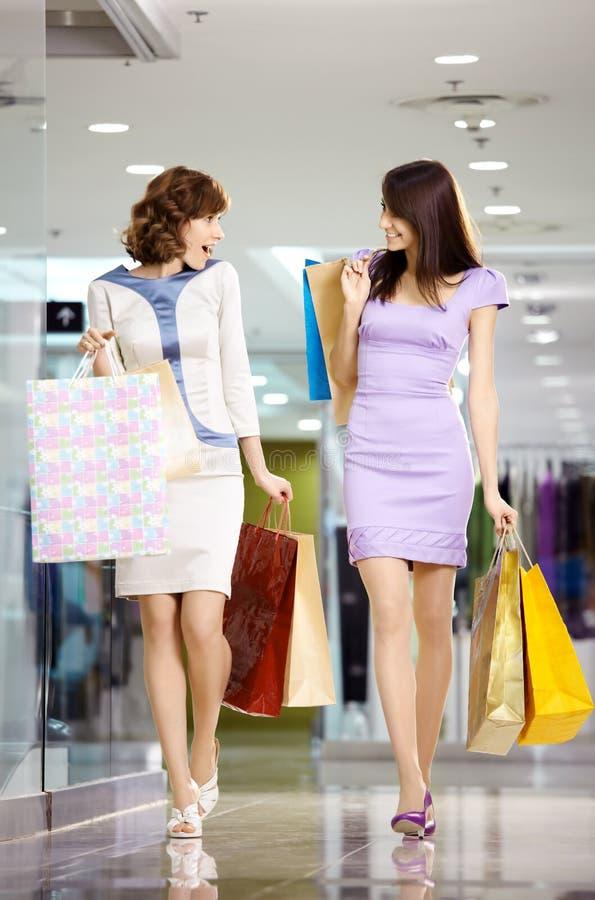 Shopaholics dois feliz fotografia de stock