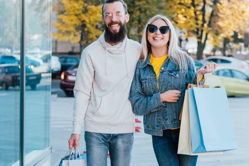 Shopaholics-Lebensstilpaar-Stadtzentrumfall stockfoto