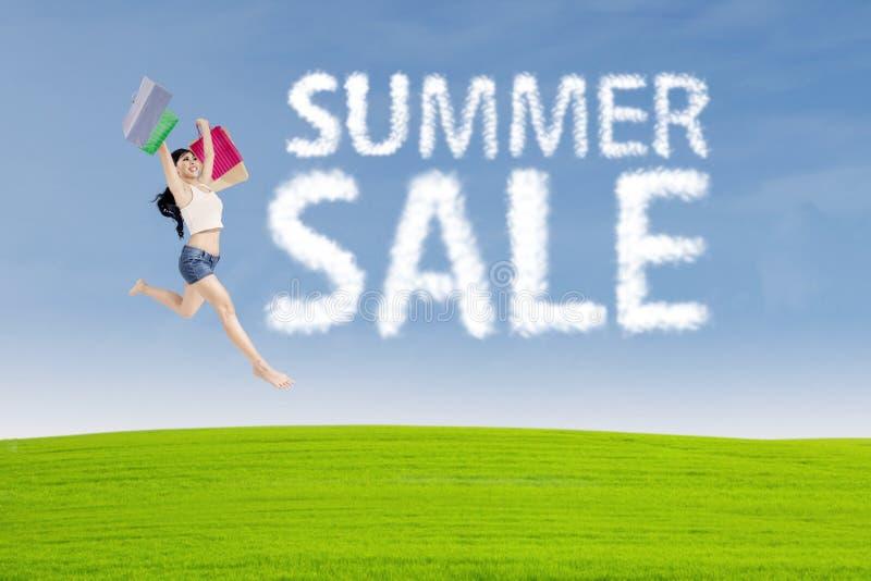 Shopaholicsprongen met het teken van de de zomerverkoop stock foto's