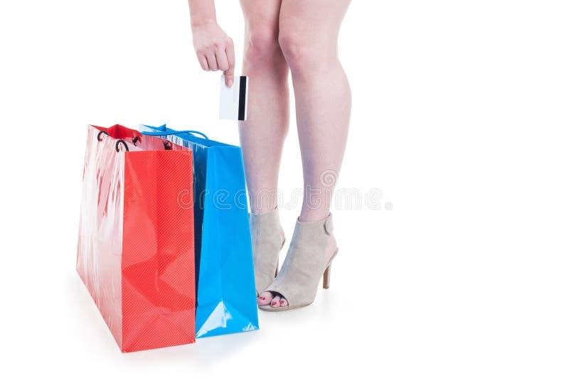 Shopaholicvrouw het doen winkelend en gebruikend creditcard royalty-vrije stock foto