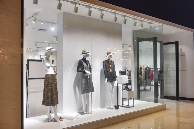 Shopfenster des Frauenmannequins in Mode stockfoto