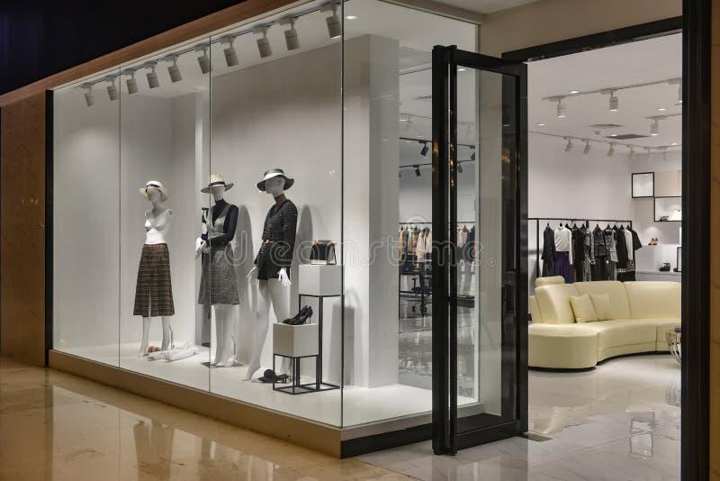 Shopfenster des Frauenmannequins in Mode lizenzfreies stockbild