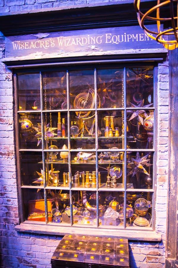 Shopfensteranzeige mit magischen Gegenständen in Diagon-Gasse von Harry Potter-Film Warner Brothers Studio Großbritannien lizenzfreie stockfotos