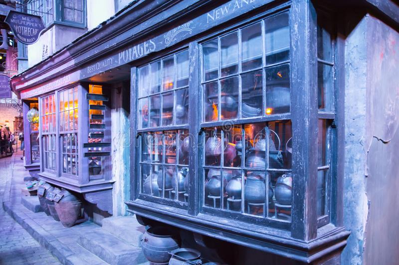 Shopfensteranzeige mit magischen Gegenständen in Diagon-Gasse von Harry Potter-Film Warner Brothers Studio Großbritannien lizenzfreie stockfotos