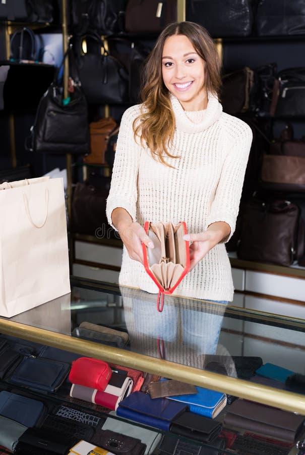 Shopgirl profissional novo na loja das miudezas fotos de stock royalty free
