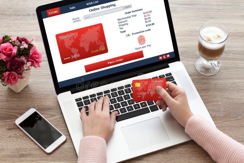 Shoping fingeravtryck och kreditkort för kvinnabärbar datortangentbord direktanslutet royaltyfri fotografi