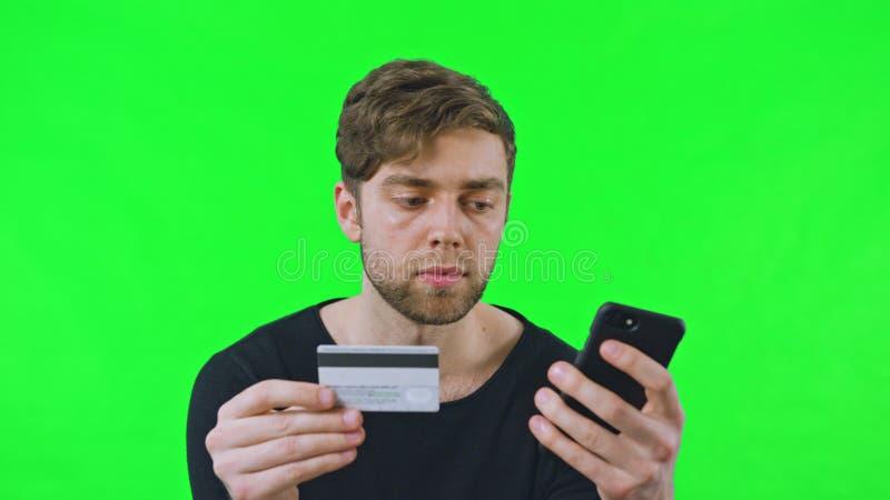 Shoping online con le carte assegni immagini stock libere da diritti