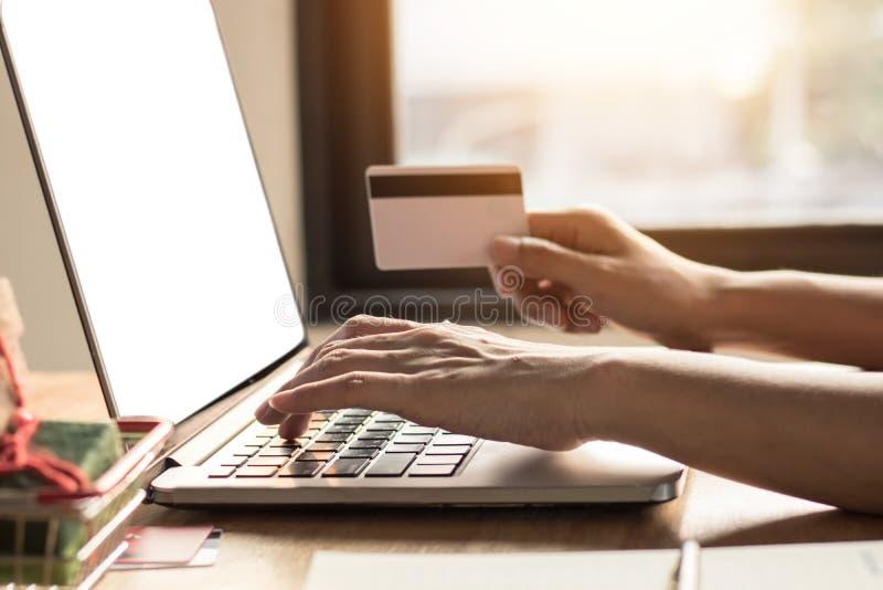 shoping online, ecommerce, dogodny concpet, kobieta i żona, zdjęcia royalty free