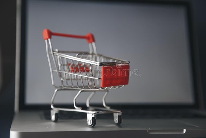Shoping online pojęcie, Kolorowa papierowa torba na zakupy w tramwaju na laptopie Klient może kupować everthing od biura lub domu zdjęcie royalty free