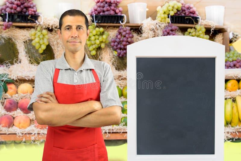Shopman au fruit image stock