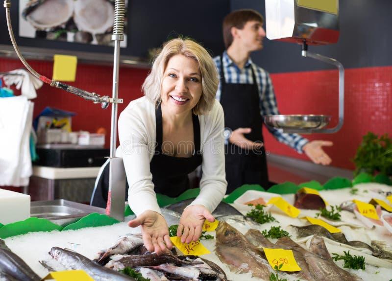 Shoppa att sälja för material som kylas på isfisk i supermarket arkivbild
