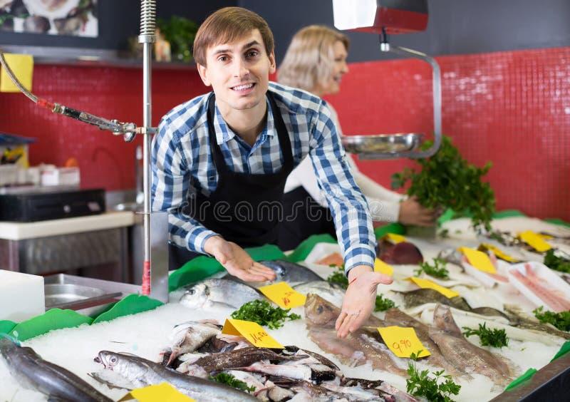 Shoppa att sälja för material som kylas på isfisk i supermarket royaltyfri fotografi