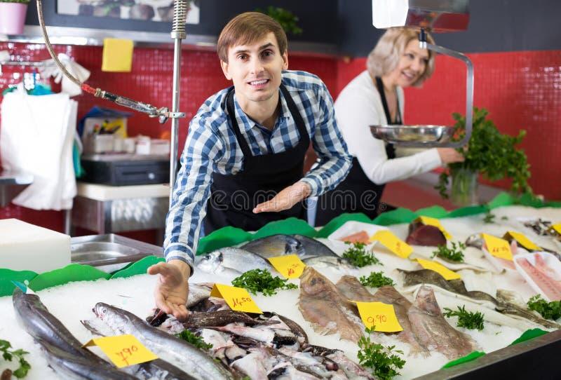 Shoppa att sälja för material som kylas på isfisk i supermarket arkivfoto