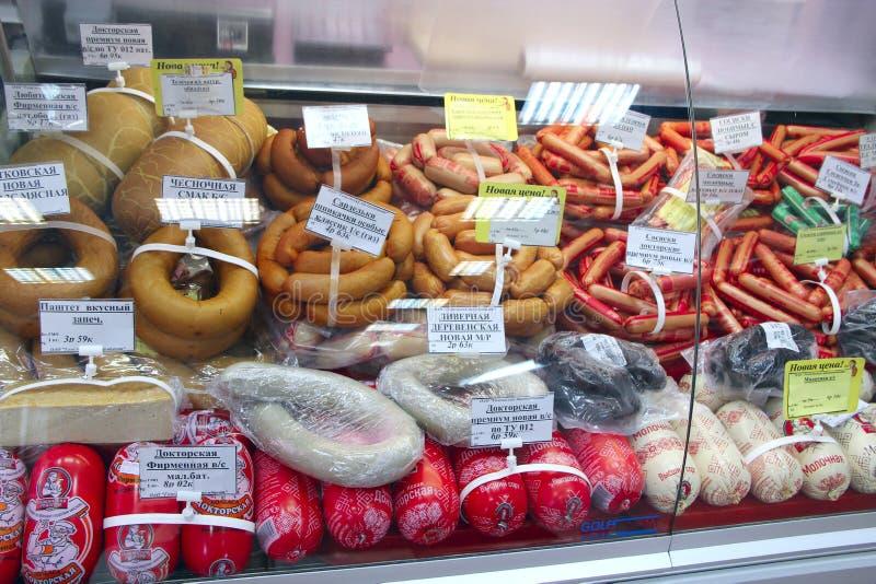 Shoppa av korven och köttprodukter Brett val av köttprodukter i supermarket royaltyfri foto