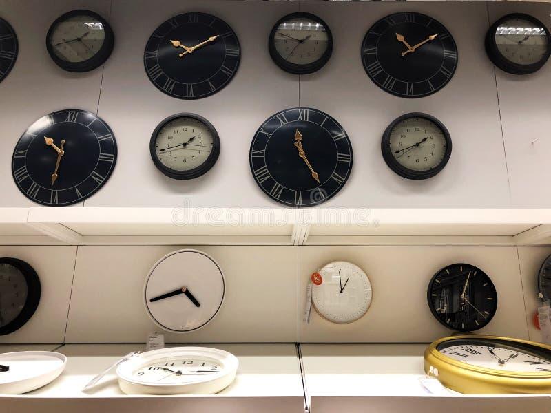 Shoppa den gulliga klockan på klockaförsäljningsavdelning i gallerian royaltyfria foton