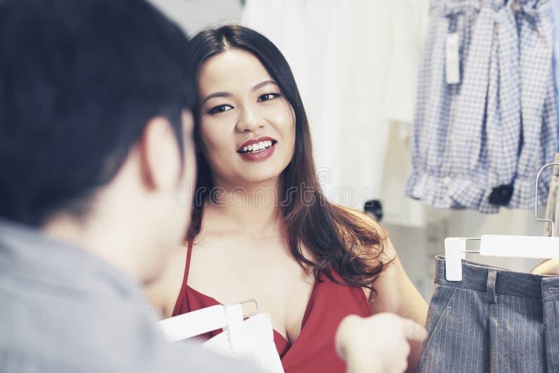 Shoppa den hjälpande kunden för assistenten royaltyfria bilder
