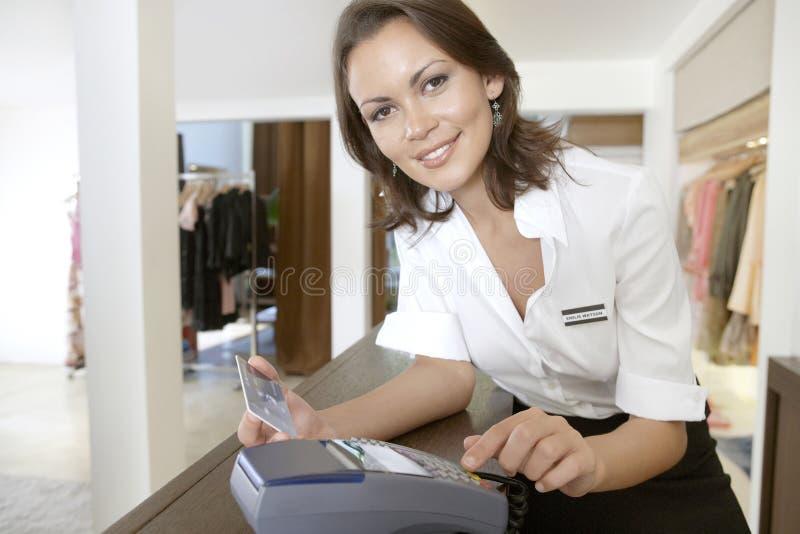 Shoppa den medfölja svepande kreditkorten på lagret kontrar arkivfoton