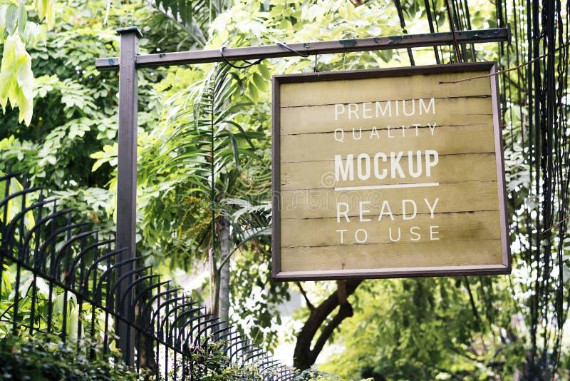 Shoppa den utomhus- modellen för signageannonseringen royaltyfri fotografi