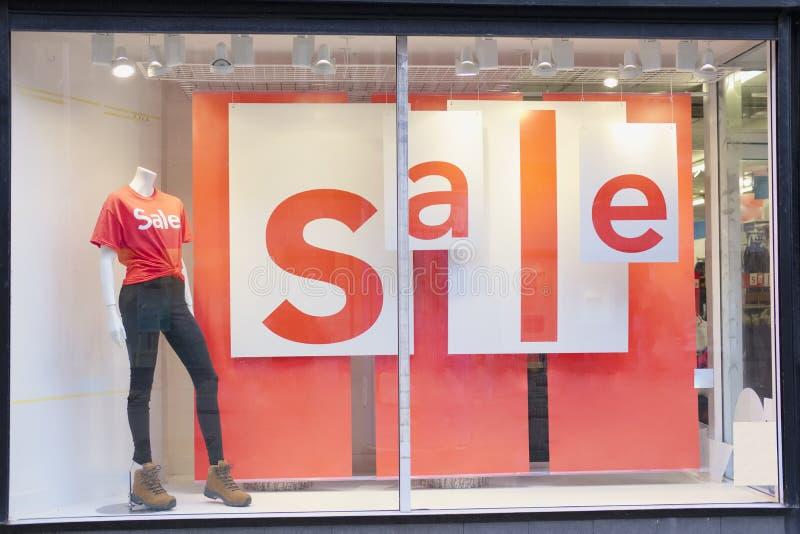 Shoppa det galleriaSale tecknet på fönster med den kvinnliga skyltdockan royaltyfria foton