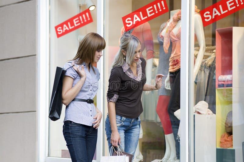 shoppa fönsterkvinnor arkivfoto