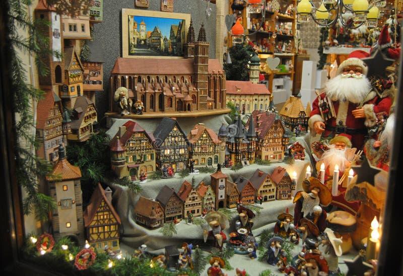 Shoppa fönstret i Rothenburg obder Tauber under jul arkivfoto