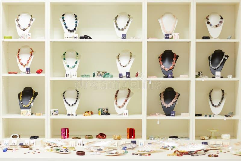 Shoppa fönstret med smycken på skärm royaltyfri bild