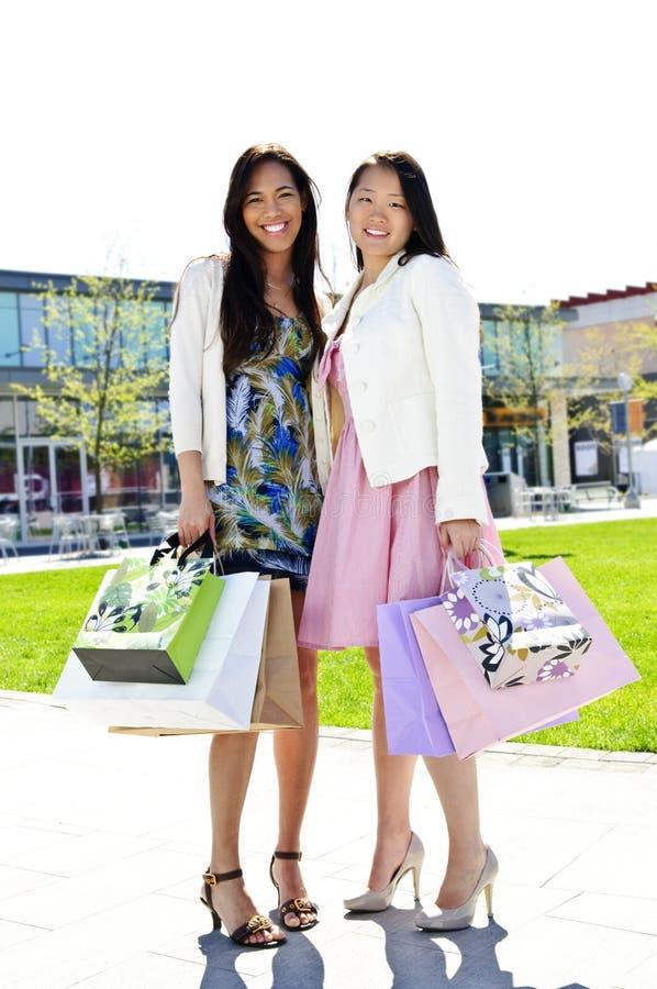 shoppa för flickvänner fotografering för bildbyråer
