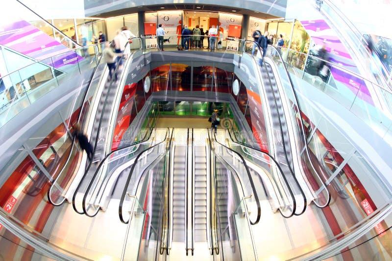 Shoppa för folk för Rotterdam rulltrappamarkethall arkivfoto