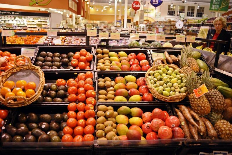 Shoppa för frukt i en livsmedelsbutik royaltyfria bilder