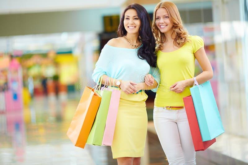 Shoppa för kvinnor royaltyfria bilder