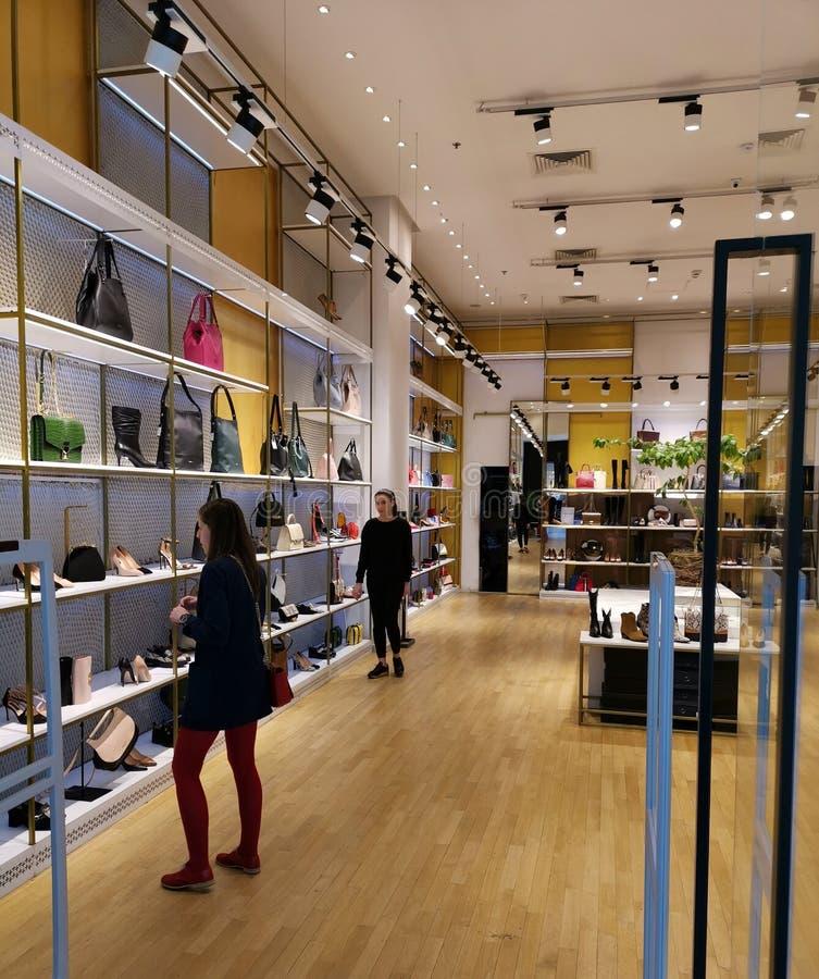 Shoppa för kvinnor på gallerian - handväskor fotografering för bildbyråer