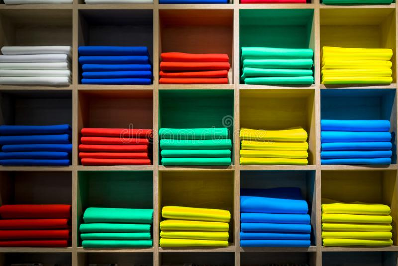 Shoppa hyllan med pläd eller scarves royaltyfri fotografi