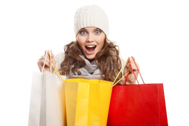 Shoppa lyckliga kvinnainnehavpåsar Vinterförsäljningar arkivfoton