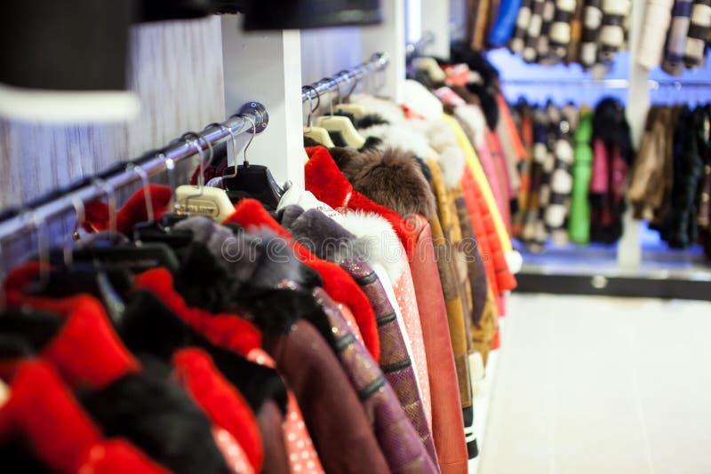 Shoppa med päls- och läderlag arkivfoto