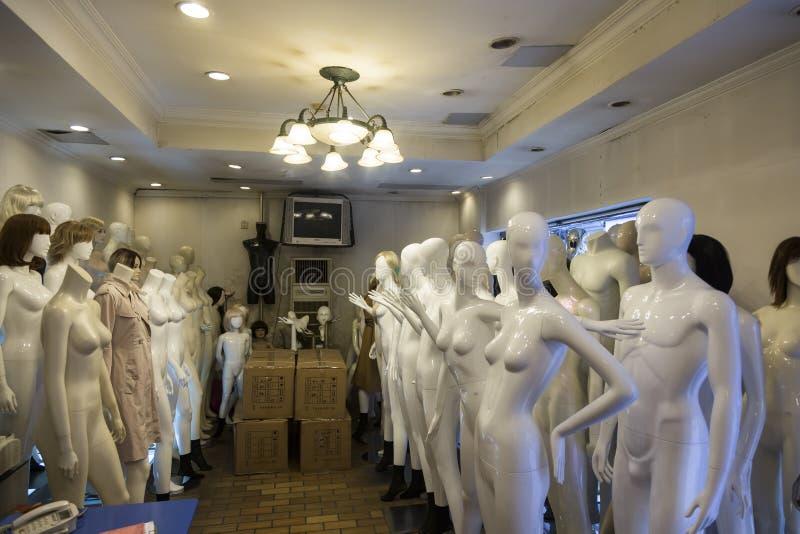 Shoppa med plast- skyltdockor i Shanghai, Kina arkivfoton