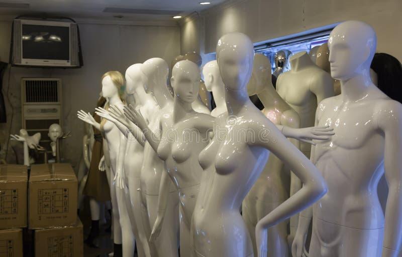 Shoppa med plast- skyltdockor i Shanghai, Kina fotografering för bildbyråer