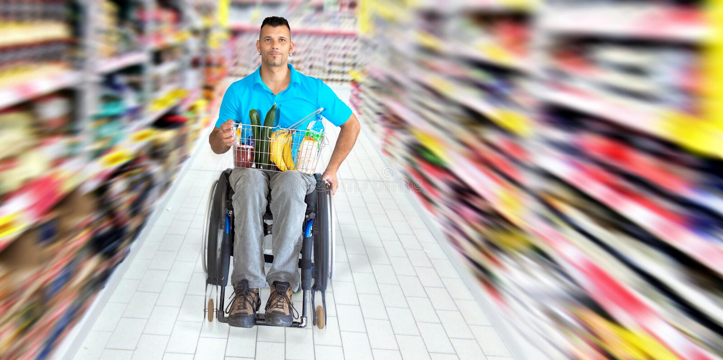 Shoppa med rullstolen arkivfoton