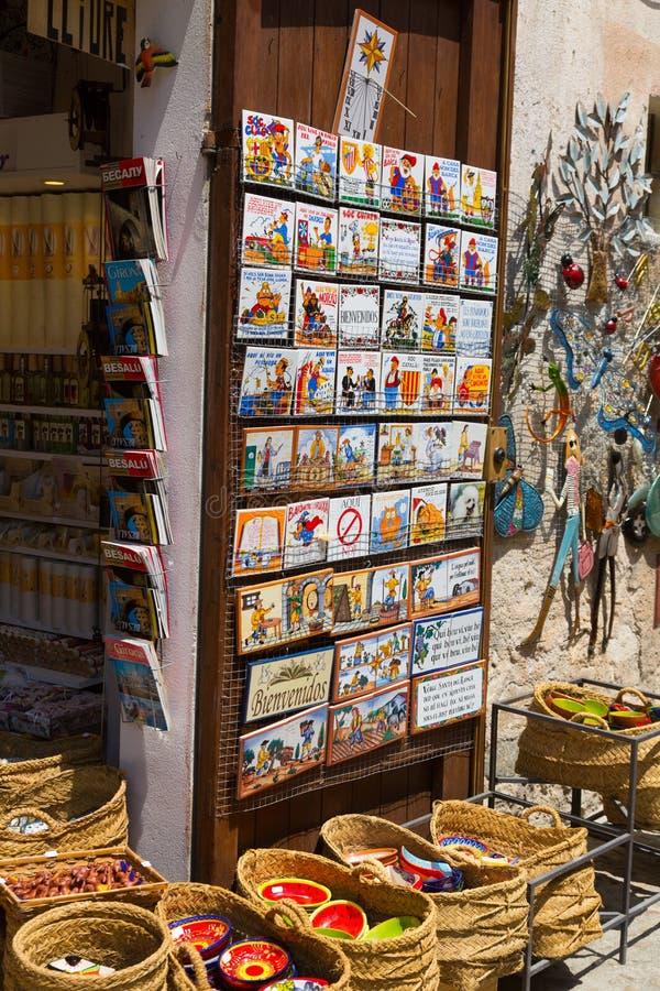 Shoppa med turist- gåvor på Besalu arkivbild