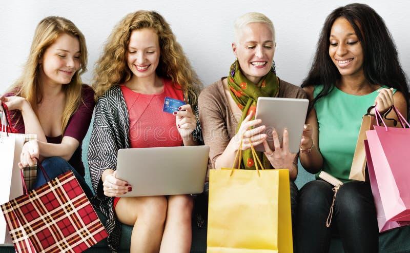 Shoppa online-tillfälligt socialt flickabegrepp för affär royaltyfri foto