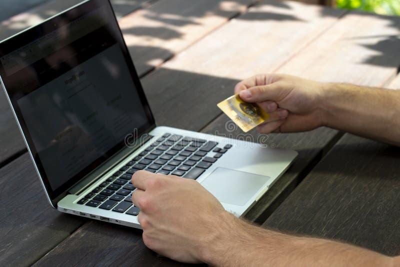 Shoppa säkert online- med kreditkorten royaltyfri bild