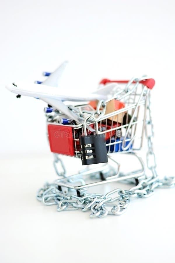 Shoppa som förbjudas med kedjan och hänglåset på shoppingvagnen royaltyfri fotografi