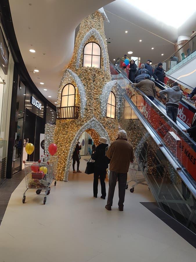 Shoppa staden Satu Mare Romania som öppnar 05/12/2018 glödande garnering arkivbild