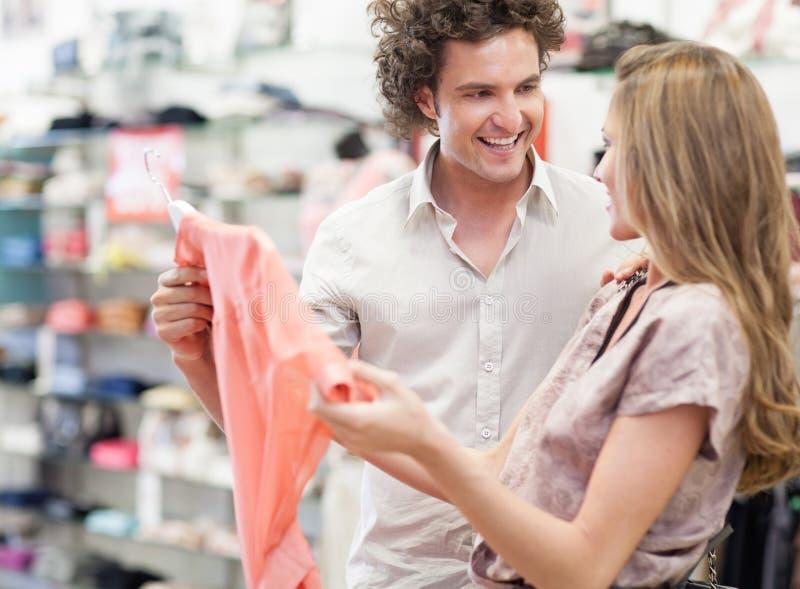 Shoppa tillsammans arkivbild