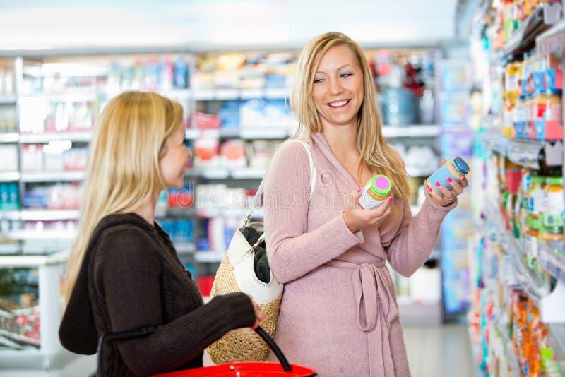 shoppa tillsammans unga kvinnor royaltyfri foto