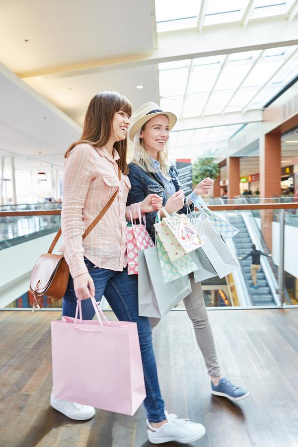 shoppa tv? unga kvinnor royaltyfri foto